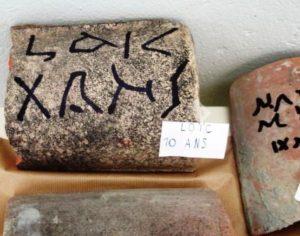Inscriptions_sur_tuiles_2